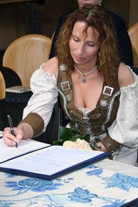 Alexandra unterschreibt zum ersten Mal mit ihrem neuen Nachnamen